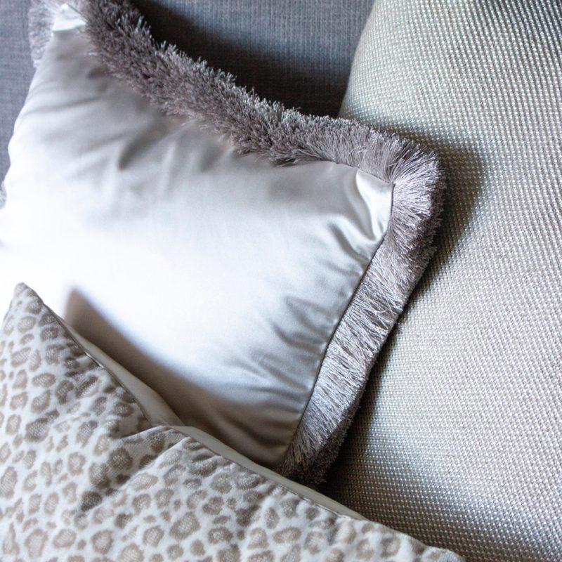 Cushion fringe off white